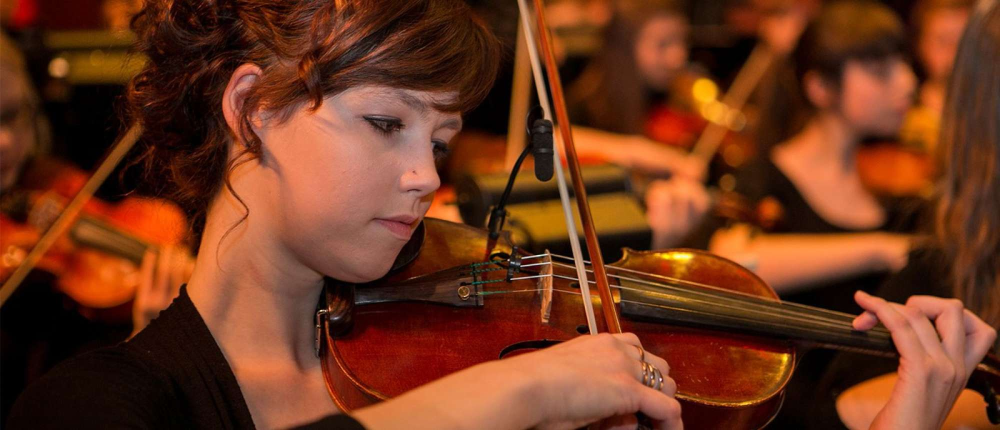 A student playing the violin.